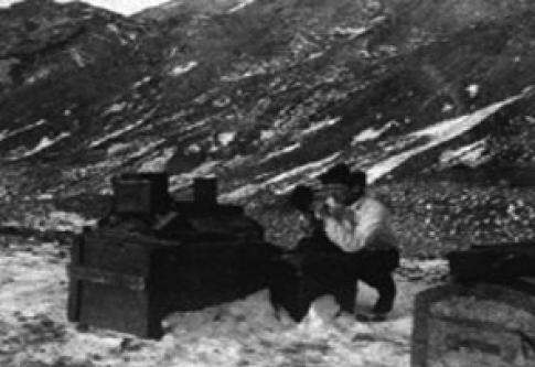 El alférez José María Sobral realizando mediciones científicas en Cerro Nevado