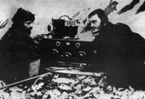Baldoni y Moneta con la radio en las Orcadas del Sur
