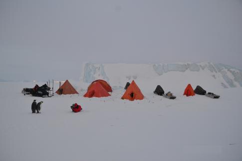 Campamento científico del IAA sobre mar congelado