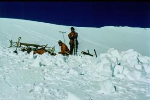 Glaciólogos del IAA al sur de la Península Antártica durante el AGI.