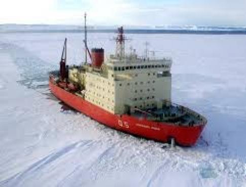 El Rompehielos ARA Alte. Irízar avanzando en el Mar de Weddell