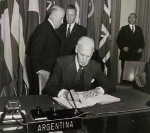Adolfo Scilingo, representante de la delegación argentina  firma el Tratado Antártico, Washington 1˚ de diciembre de 1959.