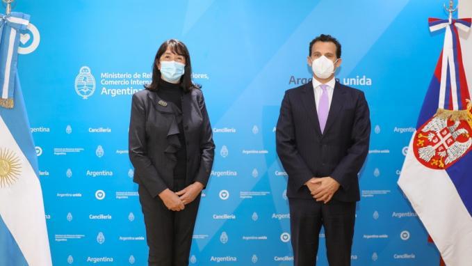 Guillermo Chaves con la embajadora de Serbia, Jela Bacovic