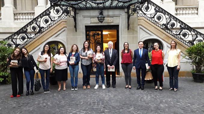 Alumnos y profesores en la entrada del Palacio